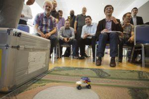 Teilnehmer des 3DSE F&E Trainings testen das entwickelte Lego-Auto