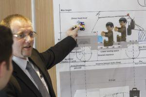 Der Trainer des 3DSE F&E Trainings erklärt die Trainingsinhalte anschaulich mit Hilfe des Lego-Autos